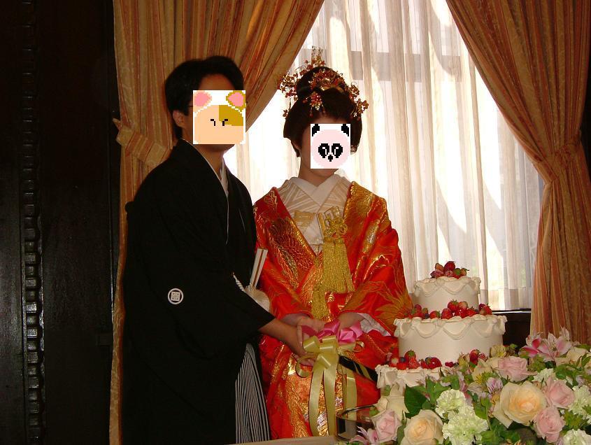 新郎は紋付袴で、新婦は色内掛&角隠しで二人始めての共同作業のケーキ入刀を♪