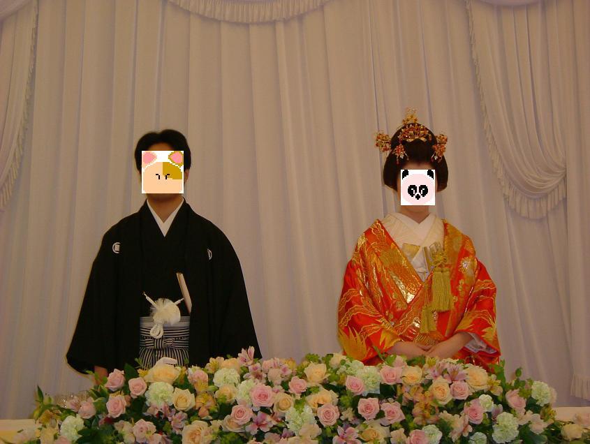 新郎は紋付袴で、新婦は色内掛&角隠しでご招待客を出迎えた後、自分たちの席である高砂へ。