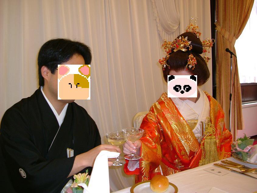 新郎は紋付袴で、新婦は色内掛&角隠しで乾杯の音頭に合わせて乾杯を♪