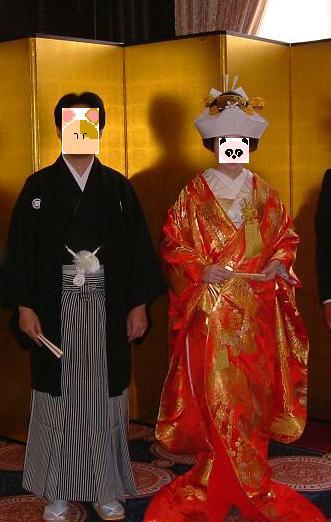 新郎は紋付袴で、新婦は色内掛&角隠しでご招待客をお出迎えしているところです。