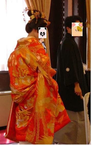 新郎の紋付袴も新婦(私自身)の色内掛&角隠しも気に入っていたのに、あっという間にお色直しの時間がやってきてしまいました。。。