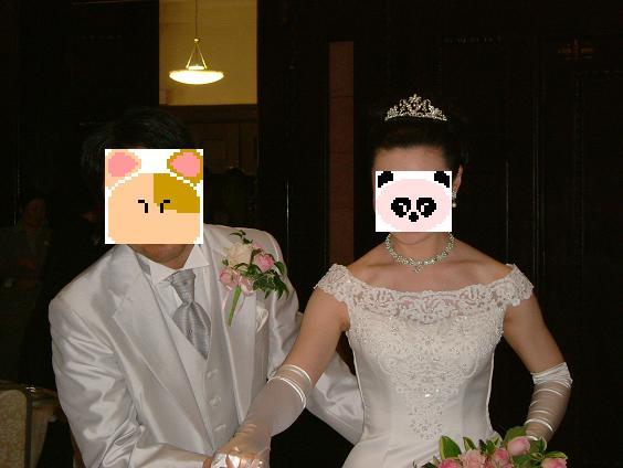 新郎はタキシード、新婦はウエディングドレスにお色直しをし、キャンドルサービス開始です。